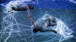 """Do nawiązania kontaktu w spektaklu """"Emotional Energy"""" tancerze Antonio Cabrita i Manuel Silva wykorzystali nowe technologie, elektroniczne dźwięki a nawet widzów ustawianych w finale spektaklu na scenie."""