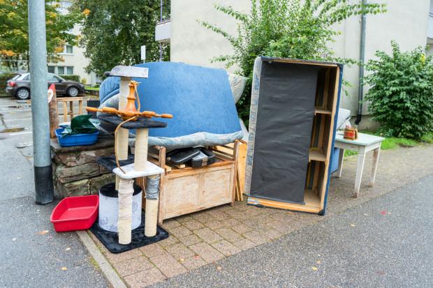 Wystawione na chodnik meble często nie trafiają na śmietnik, a do osób, które dają im drugie życie.