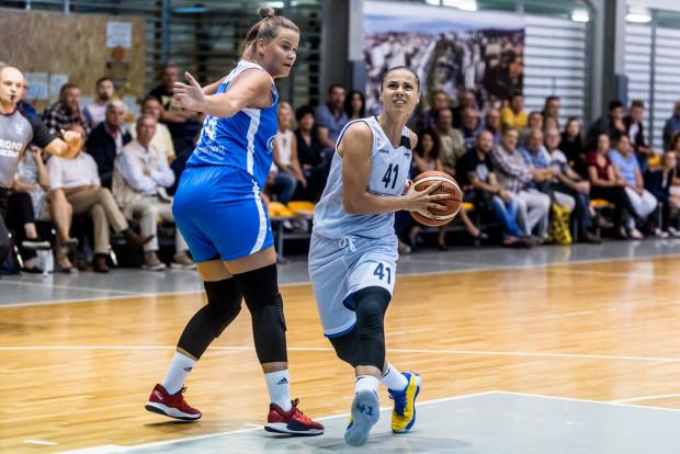 Barbora Balintova (nr 41) była najskuteczniejszą koszykarką Arki Gdynia w meczu z AZS Uniwersytetem Gdańskim. Kapitan zespołu rzuciła 15 punktów.
