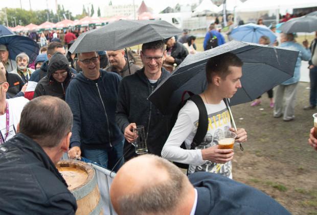 Humor, mimo niesprzyjającej pogody, dopisywał uczestnikom festiwalu Amber Fest 2019.