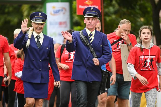 Marzena Kabała i Bogusław Barbużyński poprowadzili Chód z Listonoszem, a potem pracowniczka Poczty Polskiej w tym stroju wzięła udział w Biegu Pocztowca na 5 km.