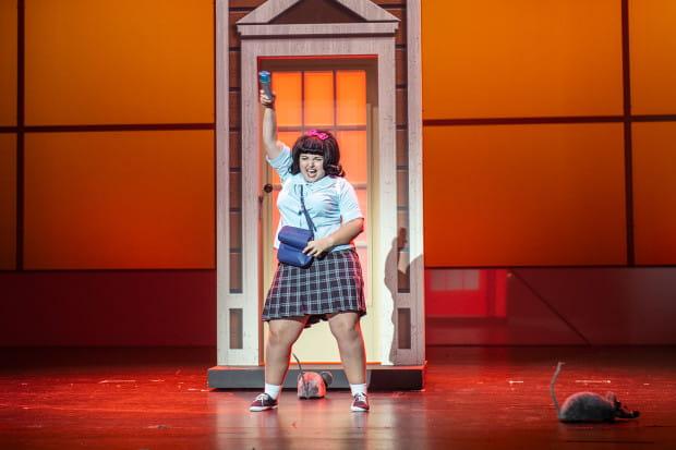 """Dzień dobry Baltimore - Tracy Turblad (Amal Anani) wkracza na scenę - """"Hairspray"""" reż. B. Szyc."""