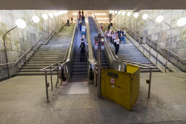 Obecnie schody działają tylko do góry (do dworca PKS) w części, która pierwotnie służyła do jazdy w dół.