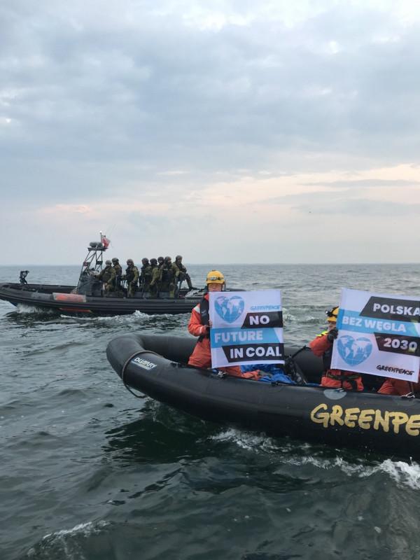 Pokojowy protest Greenpeace ma zwrócić uwagę na konieczność ochrony klimatu.