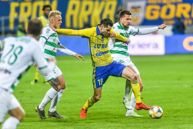 Ostatnie derby Trójmiasta w ekstraklasie również miały miejsce w Gdyni. Kwietniowy mecz zakończył się bezbramkowym remisem. Na zdjęciu Marko Vejinović (nra 18) w walce z Arturem Sobiechem.