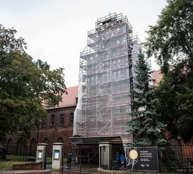 Trwają już prace przy szczytach elewacji głównej siedziby Muzeum Narodowego w Gdańsku.