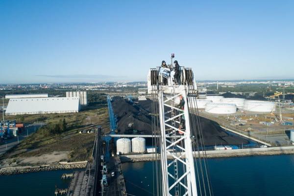 Aktywiści z Greenpeace wspięli się na portowy dźwig, by zablokować rozładunek transportu węgla w gdańskim porcie.