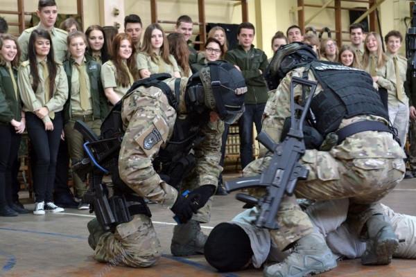 W IV LO w Gdańsku działają m.in. klasy: wojskowa, straży granicznej, policyjna i bezpieczeństwa celnego.