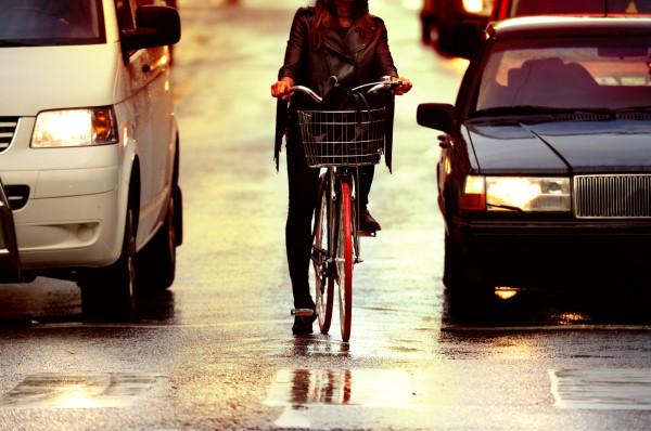 Jazda rowerem jesienią też może być przyjemna, jednak należy w sposób szczególny zadbać o swoje bezpieczeństwo.