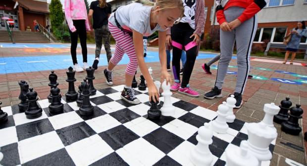 Nowości na placach przy przedszkolach na Dąbrowie mają uczyć i bawić.