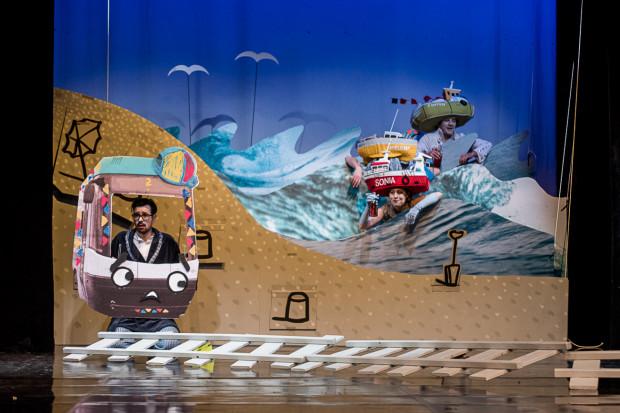 """Ostatnim, jak dotąd zrealizowanym, w Teatrze Miniatura spektaklem Michała Derlatki są """"Tramwaje"""" w 2017 roku (na zdjęciu). Kolejny ma się rozgrywać w bibliotece Manhattan."""