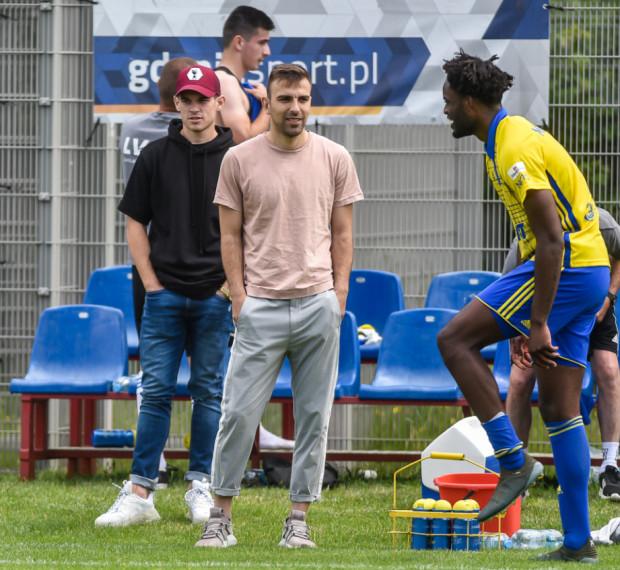 Czy to dobra ilustracja wkładu nowych piłkarzy w grę piłkarzy Arki Gdynia? Na zdjęciu z rękoma w kieszeni Santi Samenes i Azer Busuladzić.
