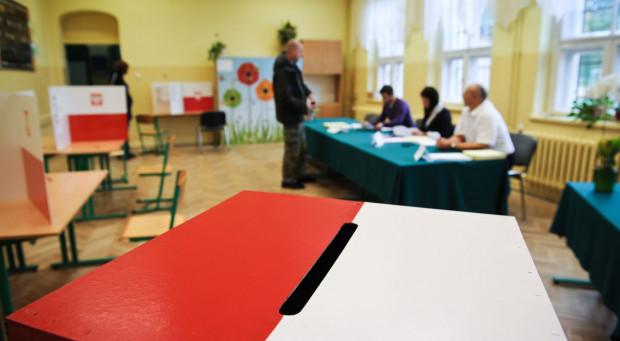 Jeśli w dniu wyborów jesteś za granicą, a chcesz głosować, musisz taki zamiar zgłosić właściwemu konsulowi