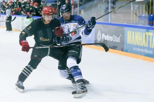 Damian Szurowski (z lewej jeszcze w barwach Cracovii) w grudniu doznał przecięcia wszystkich ścięgien w nadgarstku. O powrót do gry nowy hokeista Lotosu PKH walczył prawie rok.