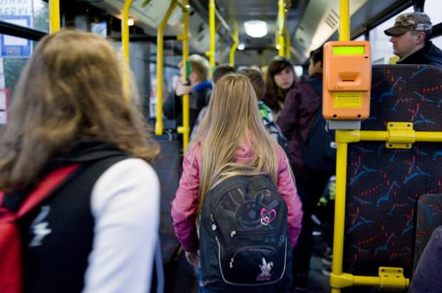 Możliwość korzystania z bezpłatnych przejazdów przez uczniów jest weryfikowana na podstawie legitymacji, w której wpisany jest adres zamieszkania dziecka, lub karty mieszkańca.