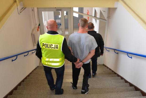 33-latek został  obezwładniony przez policjantów i zatrzymany. Nad sprawą pracowała grupa dochodzeniowa, prokurator, kryminalni i technik kryminalistyki.
