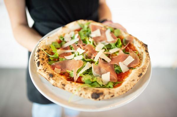 Pizza w stylu neapolitańskim - wilgotna i elastyczna