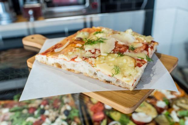 Pizza rzymska, serwowana na kawałki. Taką zjemy m.in. w gdańskim 01 Pizzarium.