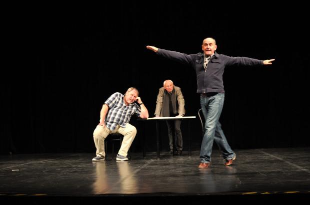 """Słynny """"Scenariusz dla trzech aktorów"""" Bogusława Schaeffera z udziałem Andrzeja Grabowskiego (po lewej), Mikołaja Grabowskiego oraz Jana Peszka (po prawej) będzie można zobaczyć w Teatrze Muzycznym, na Nowej Scenie, już 20 października."""