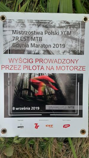 Tabliczka zawodów znaleziona przez biegacza 10 dni po zawodach na siatce ogrodzenia przy trasie Witomino-Chwarzno