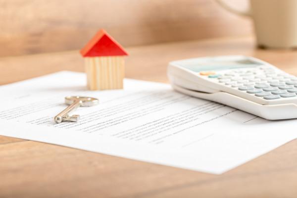 Osoby, które nabywają nieruchomość mogą zaciągnąć nie tylko kredyt hipoteczny na zakup nieruchomości, ale i jednocześnie na jej remont lub wykończenie.