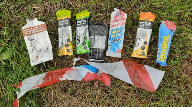 Śmiecie znalezione przez biegacza na fragmencie trasy wyścigu MTB w Gdyni dzień po zawodach