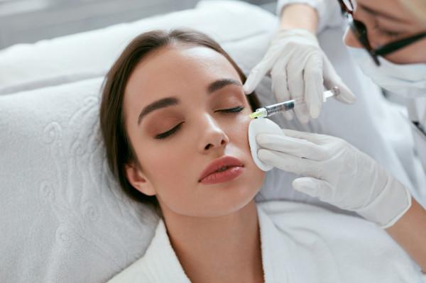 Skóra wokół oczu jest bardzo cienka, delikatna i skłonna do podrażnień, dlatego wymaga szczególnej pielęgnacji.