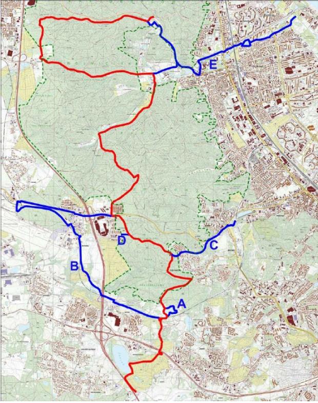 Kolorem czerwonym oznaczono główny szlak turystyczny, niebieskim - łączniki.