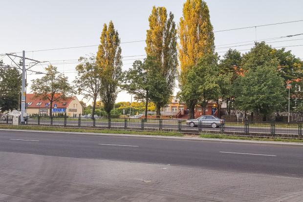 W tym miejscu planowane jest utworzenie nowego przejścia przez ul. Chłopską.