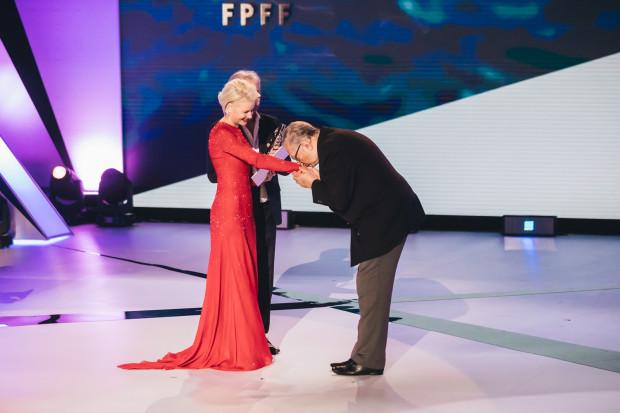 Krzysztof Zanussi otrzymał Nagrodę Specjalną z rąk Małgorzaty Kożuchowskiej.