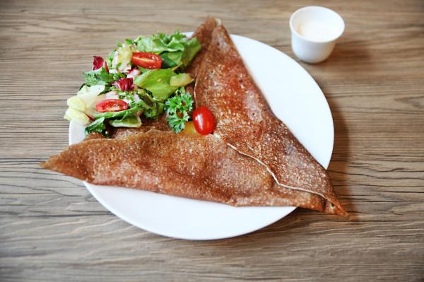 Bretońskie naleśniki, najczęściej wykonane z mąki gryczanej, cieniutkie i podane w kształcie trójkąta lub kwadratu. Na zdjęciu naleśnik raclette (ziemniaki, ser raclette i boczek) z naleśnikarni La Galette w Gdyni.