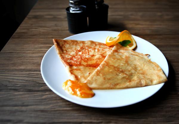 Suzette (naleśnik płonący), najsłynniejszy francuski naleśnik z likierem Grand Marnier i pomarańczą