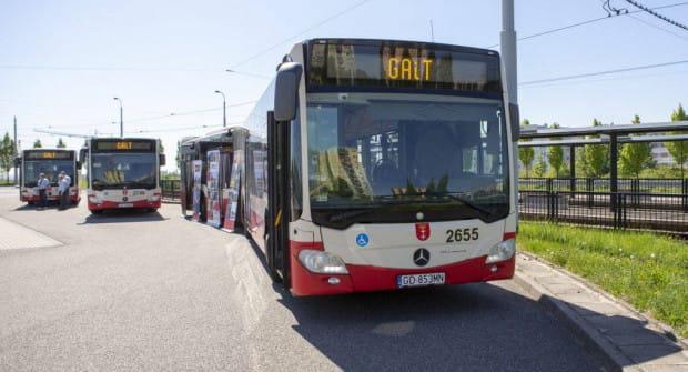 Drzwi w miejskim autobusie przytrzasnęły 8-łatkę, gdy chciała wysiąść.