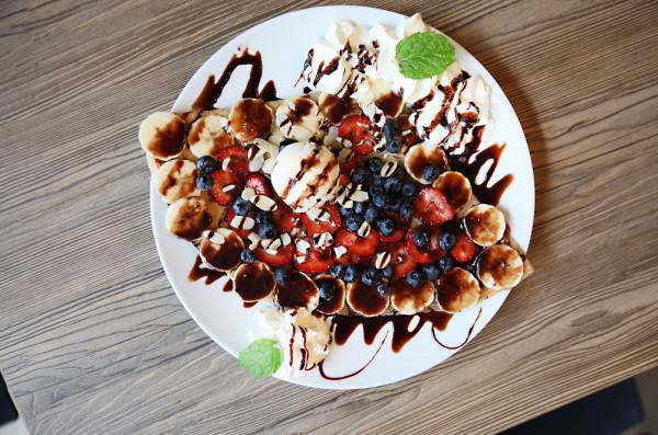 Naleśnik boule de glace - gałka lodów, bita śmietana, owoce sezonowe, sos czekoladowy i karmelowy, płatki migdałów