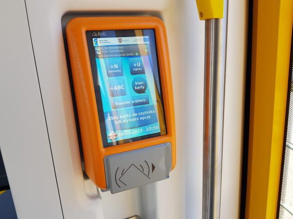 Walidatory, jakie mają pojawić się w pojazdach komunikacji na Pomorzu, przypominać będą urządzenia montowane w tramwajach. Na zdjęciu automat biletowy w poznańskim tramwaju Modertrans.
