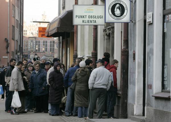 2006 r. Kolejka pasażerów oczekujących na doładowanie karty miejskiej na ul. Chlebnickiej. Wkrótce płatności za przejazdy komunikacją w dużej części będziemy dokonywać już tylko elektronicznie.