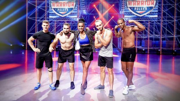 """Najlepsi uczestnicy czwartego odcinka """"Ninja Warrior Polska"""" z prowadzącą. Mateusz Skrodzki - drugi od prawej."""