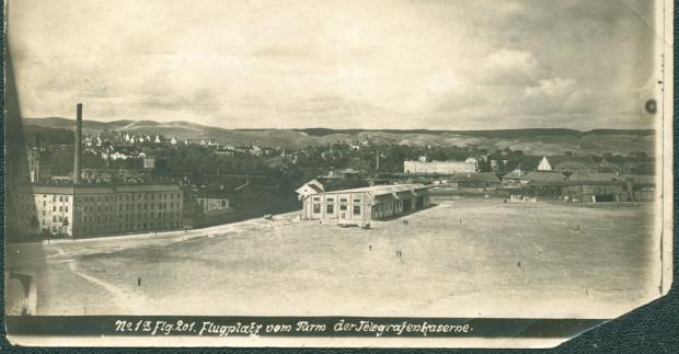 Unikalne zdjęcie z 1919 r., wykonane z okna jednego z budynków koszar telegrafistów. Widoczna droga do Labesweg, w środku hangar lotniczy (wówczas już Danziger Luft-Reederei). Dalej w tle zabudowania tzw. Indiańskiej Wioski. Zbiory Krzysztofa Gryndera.