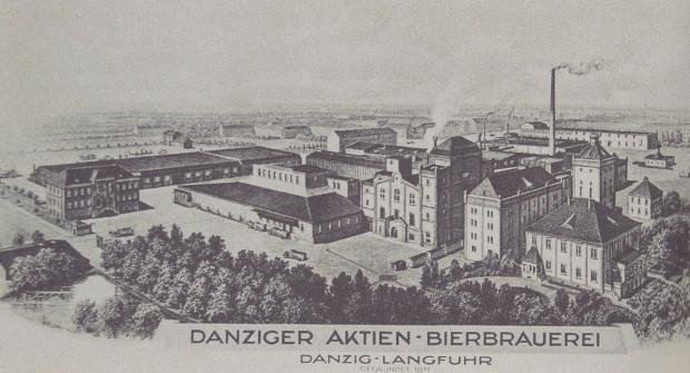 Stylizowana widokówka prezentująca kompleks Gdańskiego Browaru Akcyjnego, 1937-1939. Widać już nowy budynek dyrekcji (po lewej), w tle za nim zaś dawny hangar lotniczy używany jako wozownia. Labesweg stała się już zamkniętą drogą wewnętrzną (zbiory prywatne).