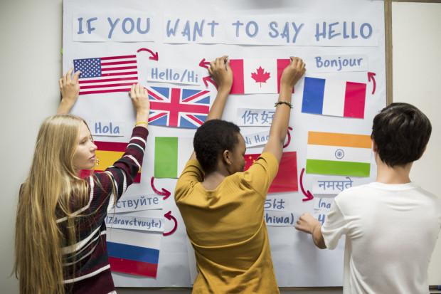 Języków obcych uczymy się z różnych powodów. Jednym z najważniejszych, oprócz kariery zawodowej, jest bezproblemowe komunikowanie się z całym światem.