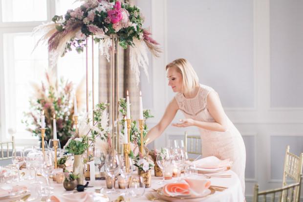 Konsultant ślubny zajmuje się przygotowaniem ślubu i wesela, dbając o wszystkie szczegóły.