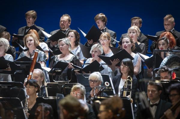 Oprócz Orkiestry na scenie (z tyłu, za Orkiestrą) umieszczono Chór Opery Bałtyckiej. Po raz kolejny podczas otwarcia sezonu na Balet zabrakło miejsca.