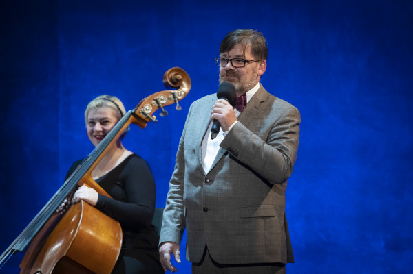 Publiczność przywitał Romuald Wicza-Pokojski, który po konsultacji ze zwiazkami zawodowymi Opery i ministerstwem kultury został mianowany przez marszałka dyrektorem Opery Bałtyckiej i podpisał kontrakt na najbliższe cztery sezony artystyczne.