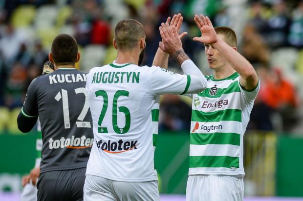 Błażej Augustyn strzelił zwycięskiego gola dla Lechii Gdańsk w Warszawie. Michał Nalepa (z prawej) wyrównał, ale mecz zakończył przed czasem z rozbitym nosem po kopnięciu w twarz przez Jose Kante.