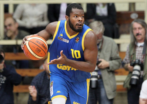 Amerykański koszykarz ma już za sobą debiut w Energa Basket Lidze. W ostatnim spotkaniu Asseco Arki Gdynia z PGE Spójnią Stargard zdobył 6 punktów.