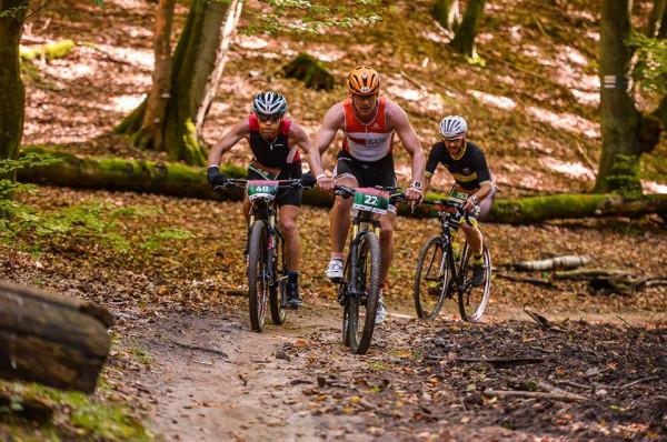 Cross Duathlon Gdańsk pozwala połączyć przełajową odmianę kolarstwa i biegów w jednym starcie. 12 kilometrów trzeba będzie pokonać na rowerze, a 10 biegiem.