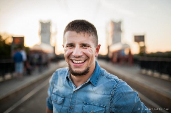 """Maciej """"Sheva"""" Mołdoch to dziś jeden z mistrzów poppingu w Polsce. Prowadzi warsztaty i zasiada w jury podczas wielu polskich i zagranicznych zawodów tanecznych."""