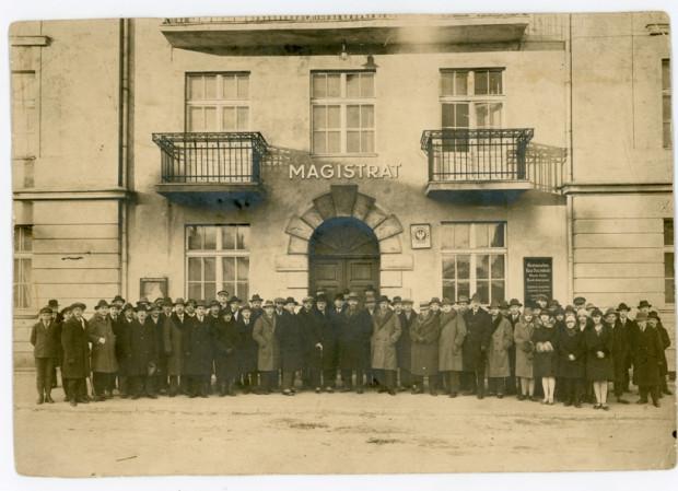 Pracownicy gdyńskiego Magistratu przed drugą siedzibą przy ul. Starowiejskiej 50, 1928 r. Ze zbiorów Muzeum Miasta Gdyni.