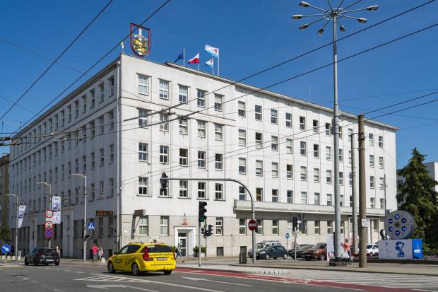 Dzisiejsza siedziba władz w Gdyni mieści się w tym samym budynku, do którego została przeniesiona jeszcze przed wojną.
