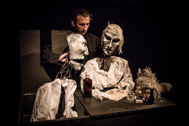 """Spektakl """"Amor Omnia Vincit"""" zagrany zostanie w Teatrze BOTO 13 października o godz. 19."""